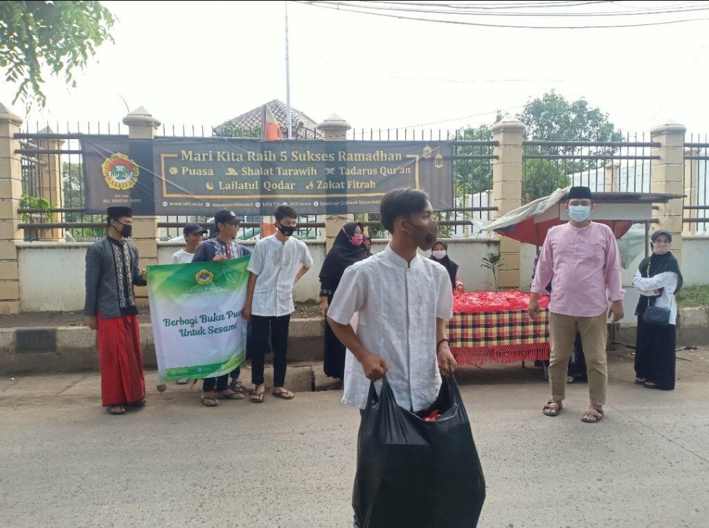 Pemuda PAC LDII ROROTAN turut serta dalam membantu membagikan takjil di jalan raya wilayah malaka